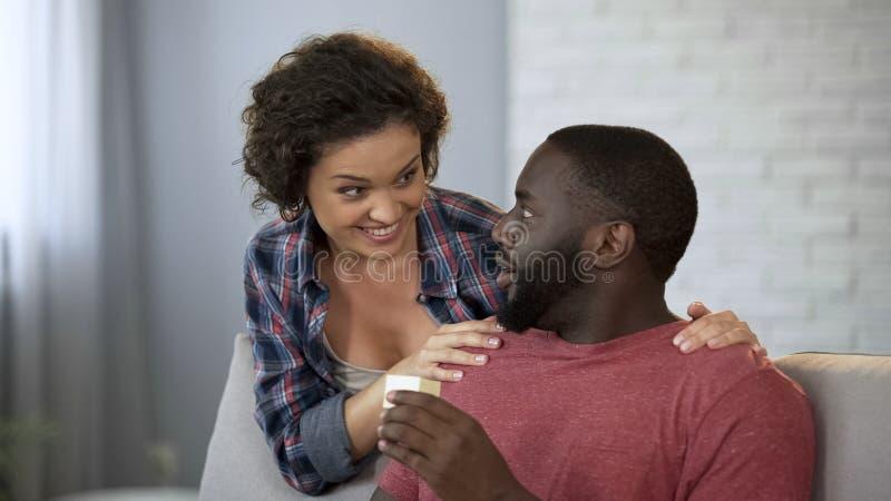 Супруг сотрясенный путем получать долгожданный подарок от жены, смешного сюрприза, шутки стоковое фото rf