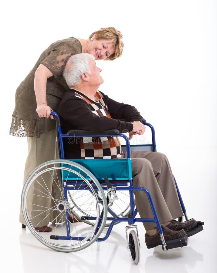 Супруг старшей женщины говоря стоковые изображения