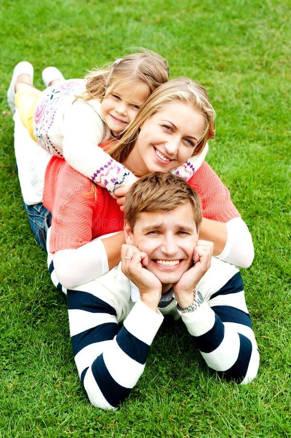 Супруг, супруга и ребенок сложенные на одине другого стоковое фото rf