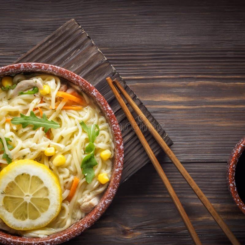 Суп азиатской еды китайский с лапшами в шаре стоковая фотография rf