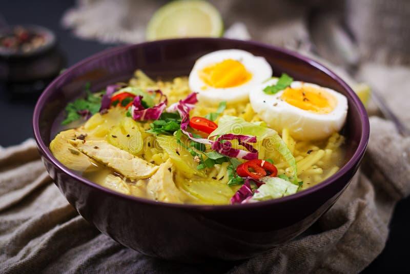 Суп лапши с цыпленком, сельдереем и яичком в шаре стоковые изображения rf