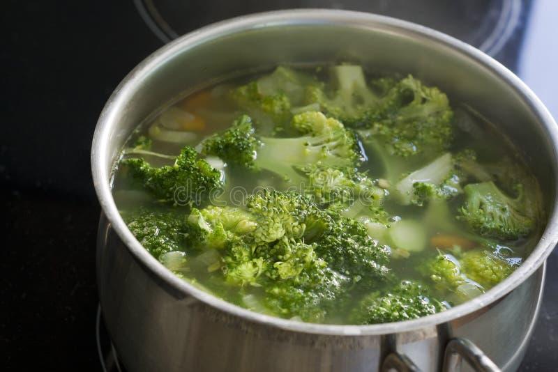 Download Суп брокколи в баке стоковое фото. изображение насчитывающей кашевар - 40583500