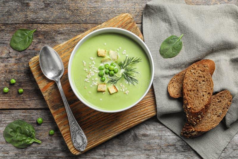 Суп вытрезвителя свежего овоща сделанный из зеленых горохов стоковое изображение rf