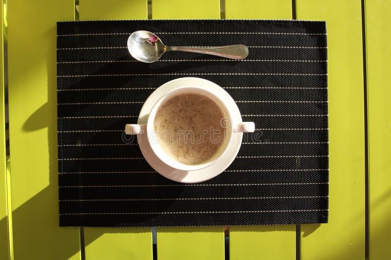 Суп в чашке на таблице Сервировка стола в a стоковая фотография