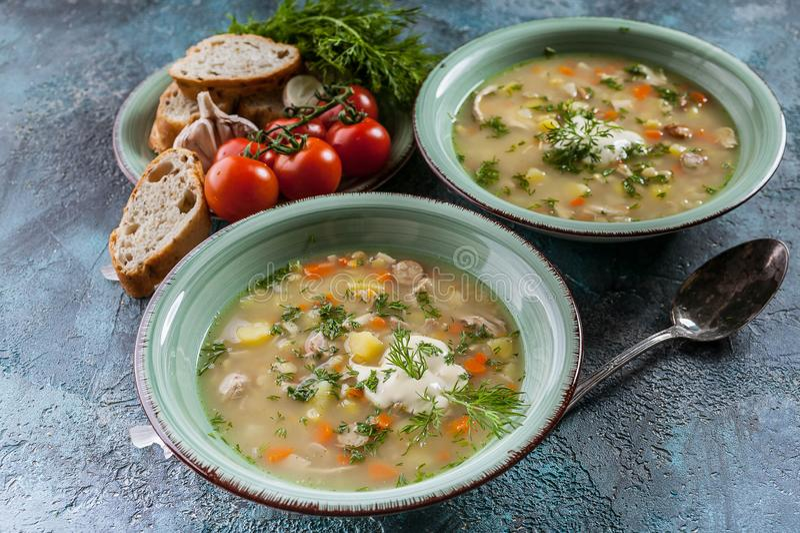Суп гороха конца-Вверх с копчеными мясом, овощами и зелеными цветами Очень вкусная и здоровая домодельная еда стоковая фотография