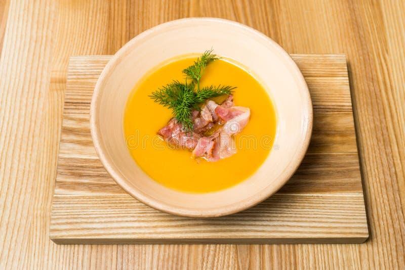 Суп гороха с беконом на деревянном столе стоковое фото
