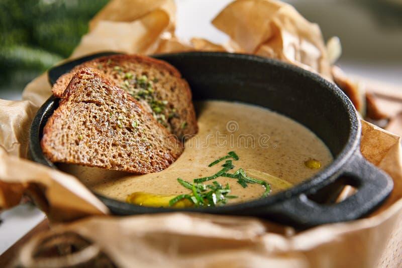 Суп гриба Cream с травами и специи закрывают вверх стоковая фотография rf