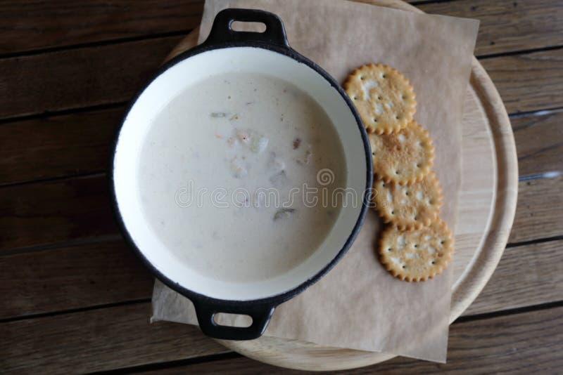 Суп густого супа Clam на таблице стоковые фотографии rf