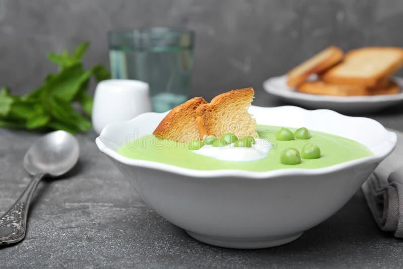 Суп зеленого гороха в шаре на таблице стоковое изображение