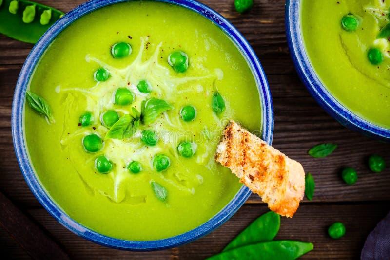 Суп зеленого гороха на деревянной деревенской предпосылке стоковое изображение rf