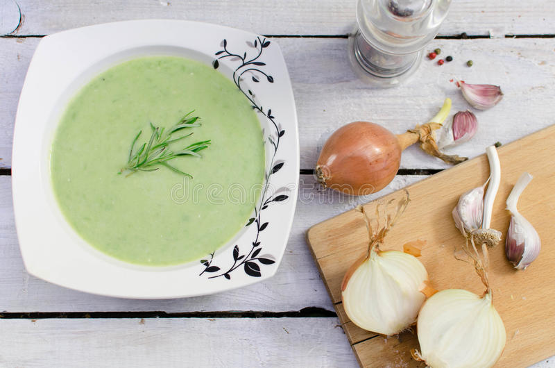 Суп зеленых горохов сметанообразный стоковое фото rf