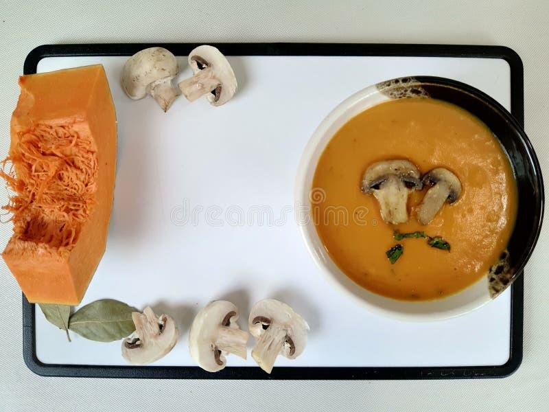 Суп из крема с тыквей и грибами стоковые изображения rf