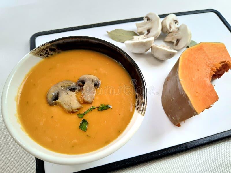 Суп из крема с тыквей и грибами стоковое фото