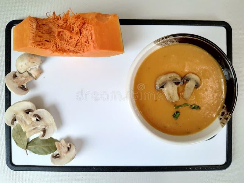 Суп из крема с тыквей и грибами стоковые фото