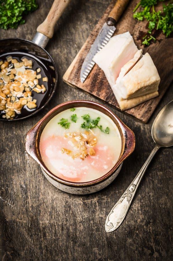 Суп картошки с хриплостями шпика на durk деревянном стоковое фото rf