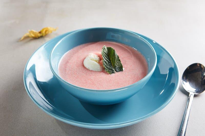 Суп клубники с ванильным шариком мороженого стоковые изображения