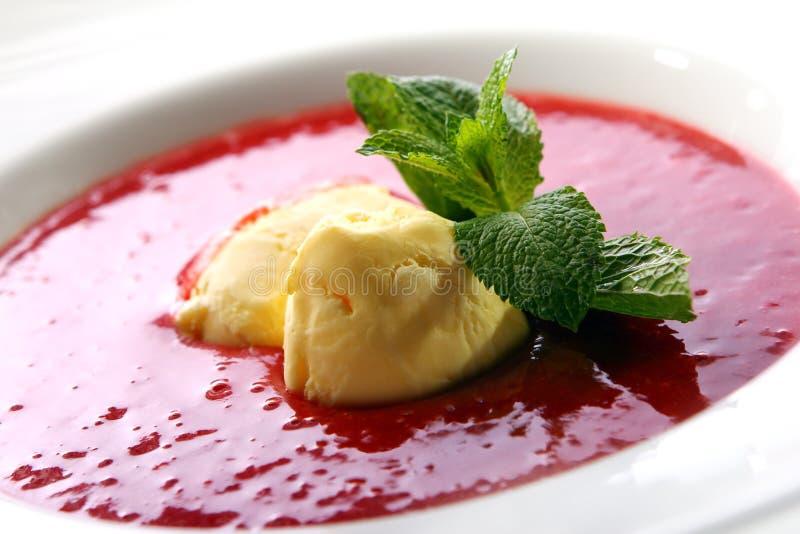 Суп клубники с естественными мороженым и мятой стоковые изображения