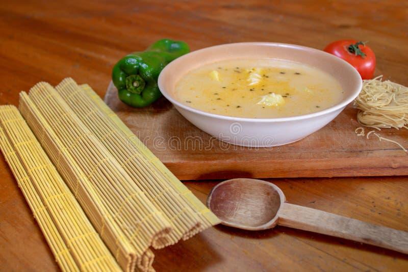 Суп лапши на деревянной предпосылке стоковое изображение rf