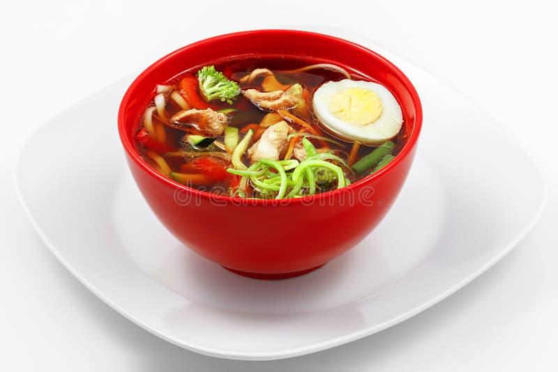 Суп лапши цыпленка, паприка, цукини, моркови, nood udon пшеницы стоковая фотография rf