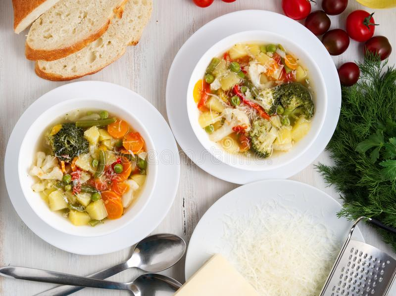 Суп минестроне Овощной суп с томатом, сельдереем, морковью, цукини, луком, перцем, брокколи Взгляд сверху, плита 2 стоковое фото rf
