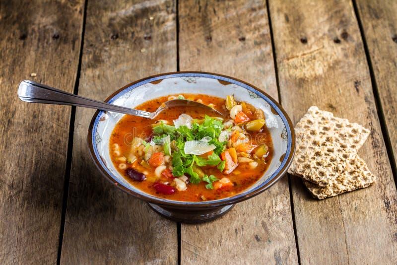 Суп минестроне vegetable с сыр пармесаном. стоковые фото