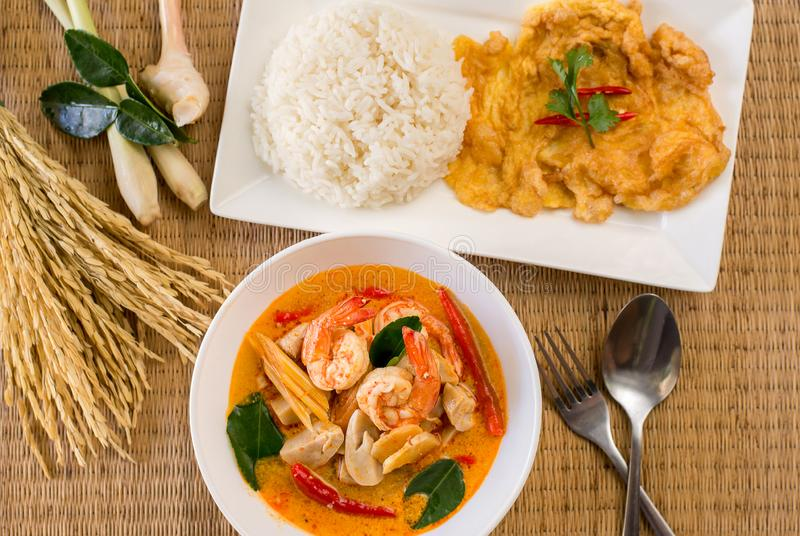 Суп морепродуктов Тома yum пряный типичный тайский, очень вкусная тайская кухня стиля еды стоковые фотографии rf