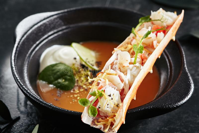 Суп омара с мясом краба в нем густой суп взгляда сверху или морепродуктов ноги или изысканный суп моллюска стоковые изображения rf