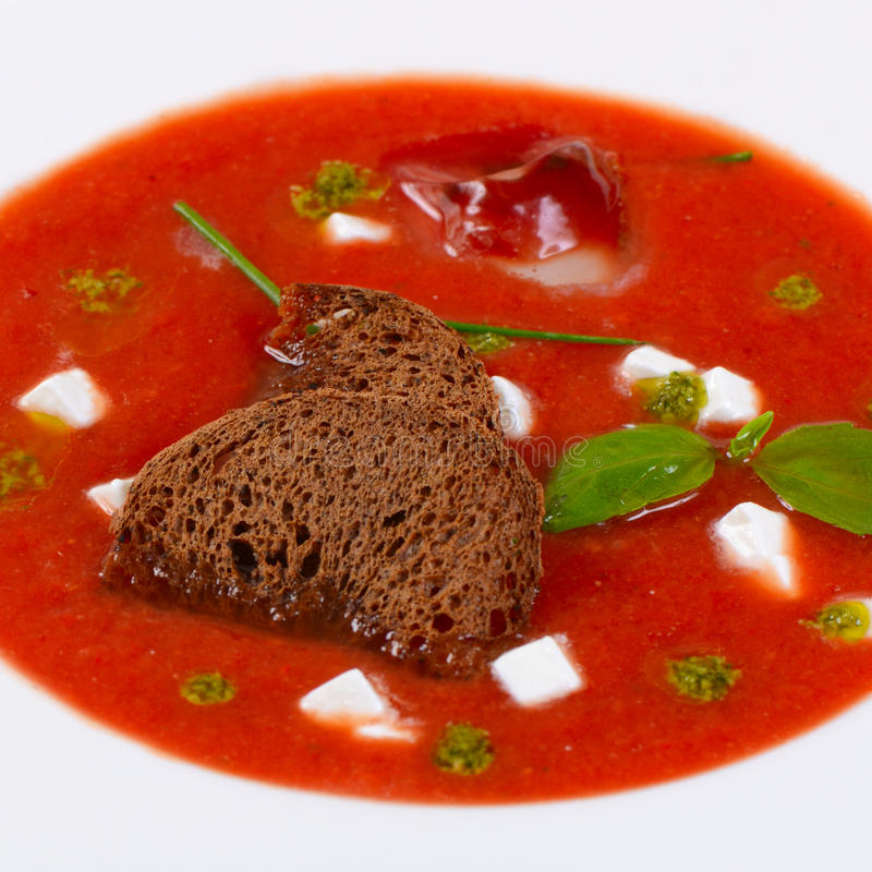 Суп от испеченных томатов с pesto стоковые фото