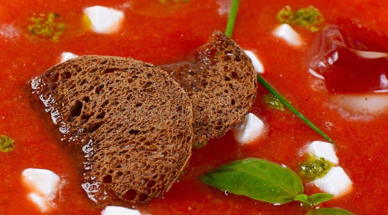 Суп от испеченных томатов с pesto стоковая фотография rf