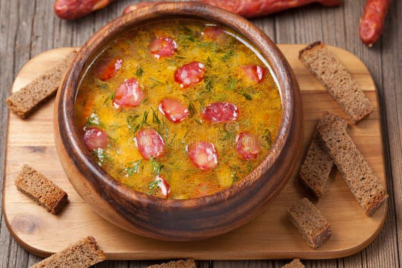 Суп пива с гренками и пивом сосиски дальше стоковое изображение