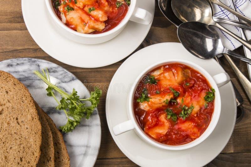 Суп рыб в шаре с домашним испеченным хлебом стоковая фотография