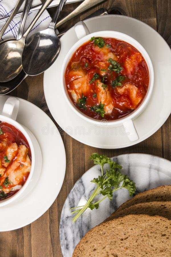 Суп рыб в шаре с домашним испеченным хлебом стоковое изображение rf