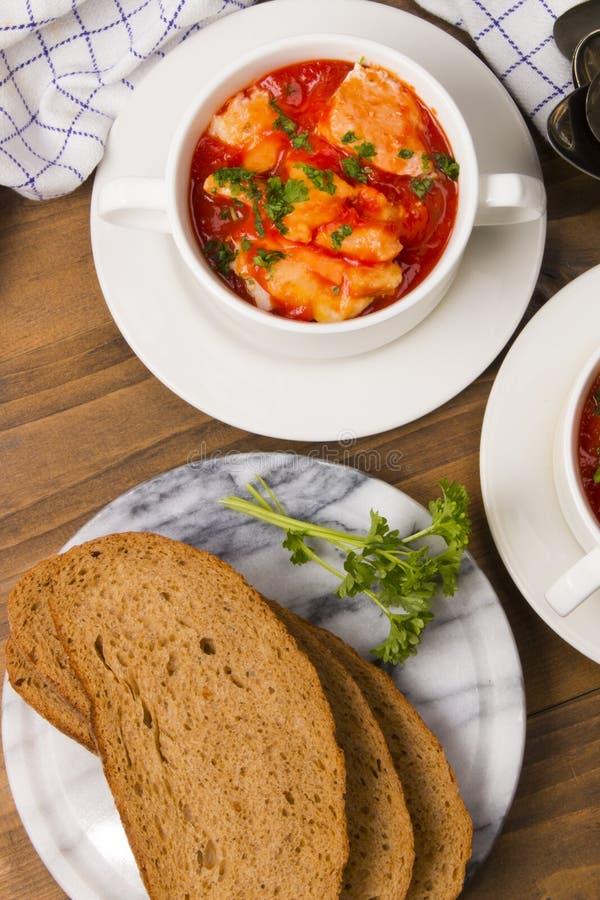 Суп рыб в шаре с домашним испеченным хлебом стоковые изображения rf