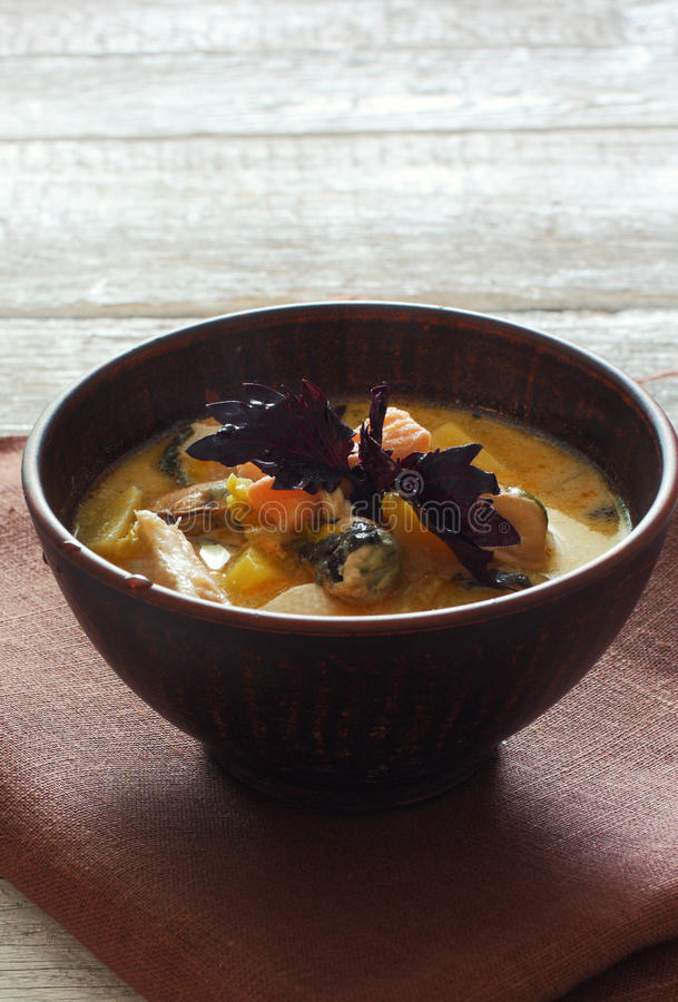 Суп рыб с семгами и мидиями стоковые фото