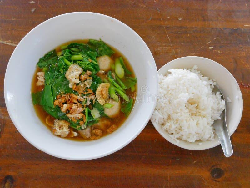 Суп свинины тушёного мяса тайского стиля vegetable с испаренным Lao Kao Plaw Gaw риса стоковые фотографии rf
