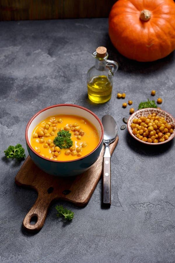 Суп с испеченными нутами, здоровая еда тыквы vegan стоковое изображение rf