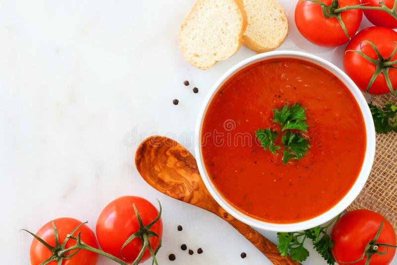 Суп томата, взгляд сверху, угловая граница на мраморной предпосылке стоковое фото rf