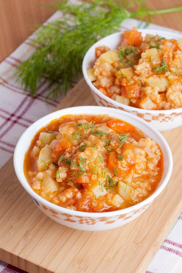 Суп томата с рисом и овощами в белой кастрюльке стоковые изображения rf
