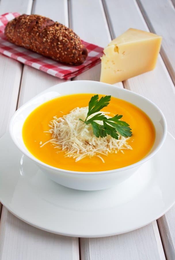 Суп тыквы на деревянном столе стоковое фото