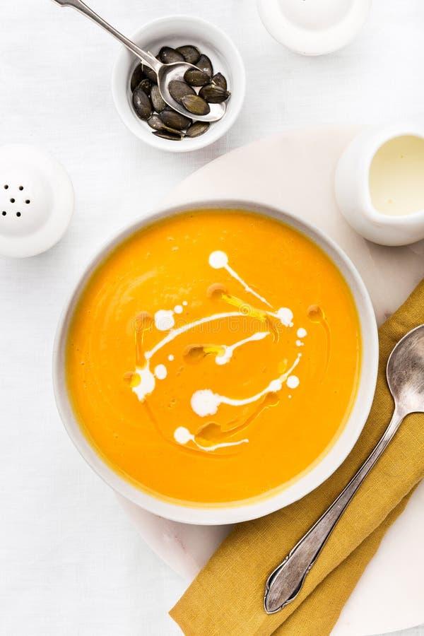 Суп тыквы сметанообразный украшенный с свежей сливк стоковые фотографии rf