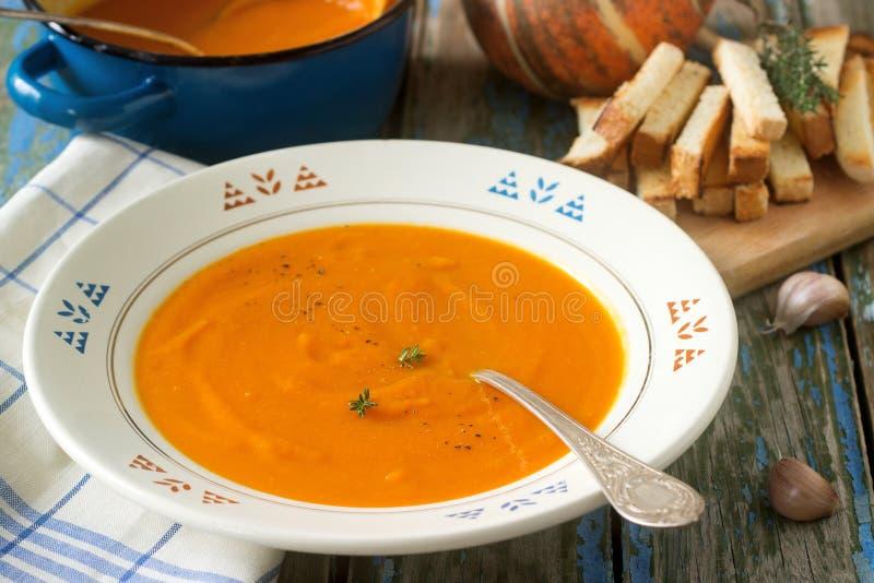 Суп тыквы cream в белой плите на деревянной предпосылке Деревенский стиль, селективный фокус стоковое фото