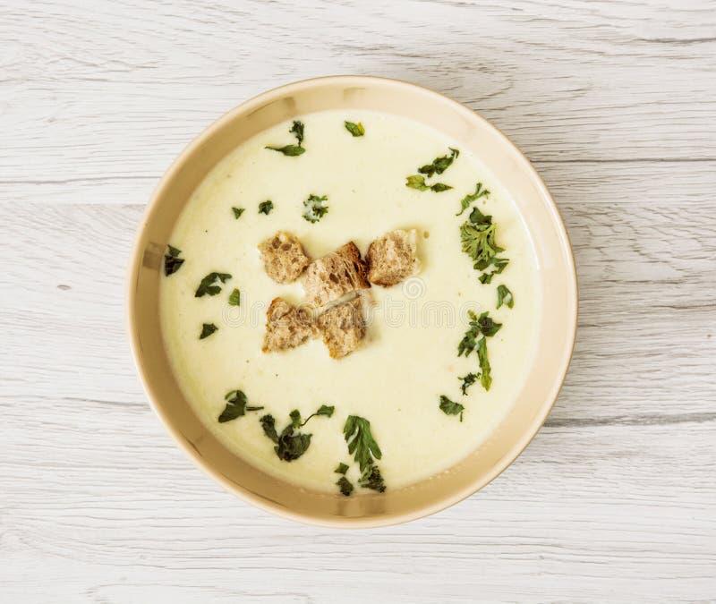 Суп лук-порея с петрушкой и частями провозглашанного тост хлеба, темой еды стоковые фотографии rf