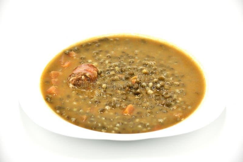 Суп чечевицы на плите с белой предпосылкой стоковые фотографии rf
