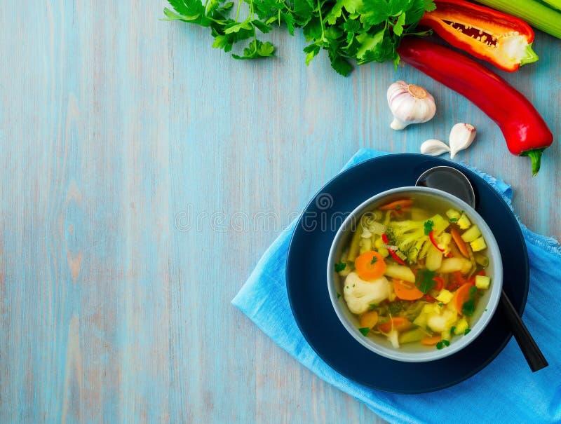 Суп яркого весеннего овоща диетический вегетарианский, голубая салфетка, bl стоковое изображение