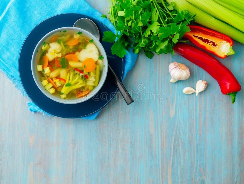 Суп яркого весеннего овоща диетический вегетарианский, голубая салфетка, bl стоковые изображения
