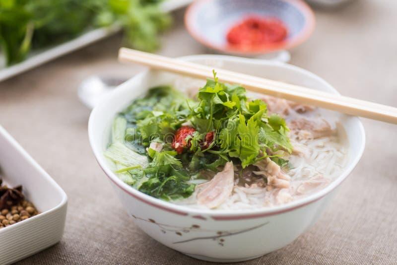 Суп Pho ga с соусами, травами и специями сервировки стоковые изображения