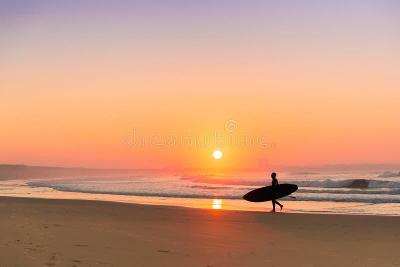 Сурфер на пляже стоковое фото rf