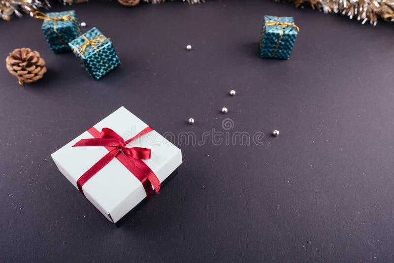 Сусаль гирлянд орнаментов подарочной коробки темной предпосылки праздника Нового Года рождества красная сверху стоковое изображение rf