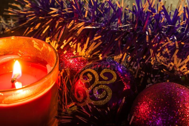 Сусаль рождества и украшения рождества и украшения в свете свечей воска Теплый свет, волшебное и уютное чувство  стоковая фотография rf