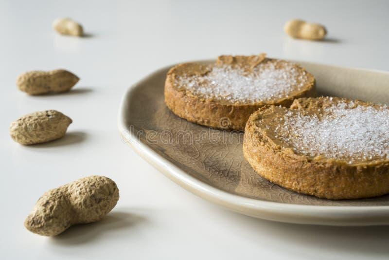 Сухарь с голландскими арахисовым маслом и сахаром, на белой таблице стоковые фотографии rf